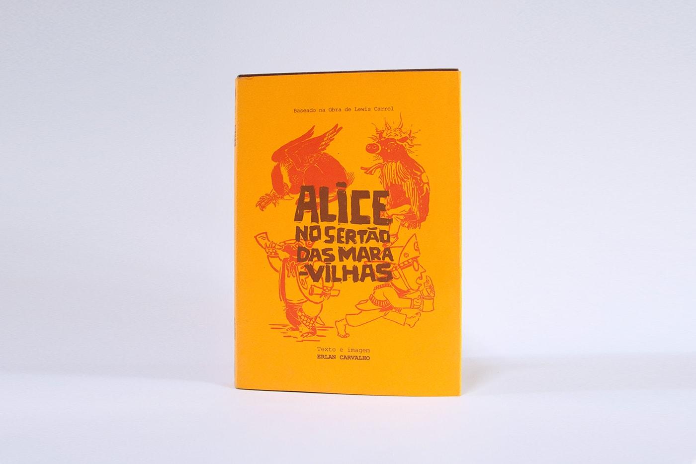 """Luva da obra - ela é amarela com uma ilustração em estilo xilogravura e o título """"Alice no sertão das maravilhas"""" em marrom."""