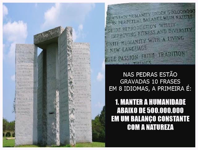 Fotografia das Pedras Guias da Georgia, ou Georgia Guidestones, contendo inscrições em 8 idiomas e 10 frases com mandamentos que alguns dizem ser referentes à uma nova ordem mundial.