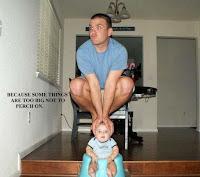 Witziger Mann mit Baby allein Zuhause Funny Pics