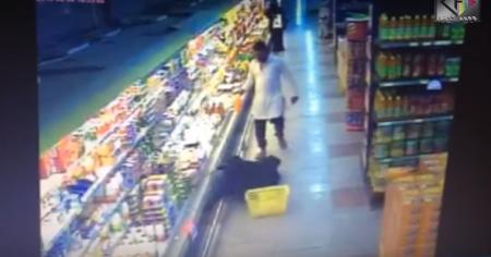 بالفيديو:باكستاني يتحرش بسيدة في أحد أسواق الرياض ويسقطها على الأرض