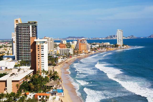 Turismo visita playa Mazatlán