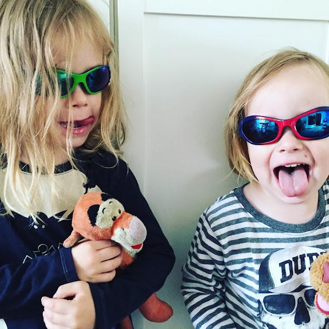 Sonnenbrillen-Jungs, schon voll in Urlaubsstimmung!