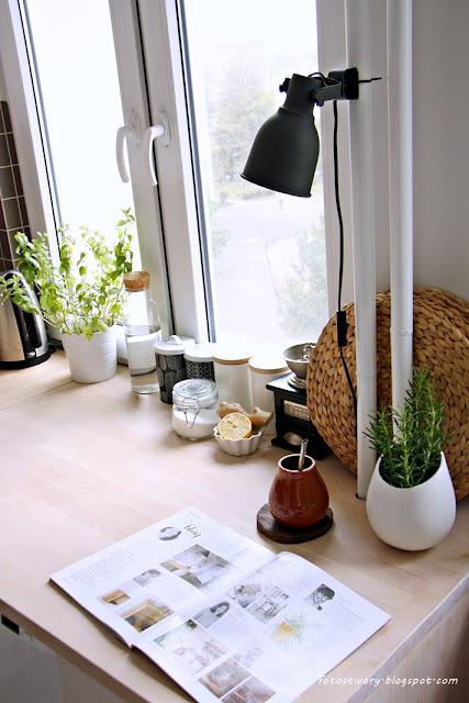 drewniany blat, lampa ikea, rozmaryn, zioła