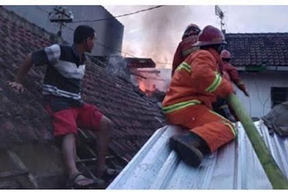 Kebakaran Rumah Kembali Terjadi Dipemukiman Padat Penduduk,2 Penghuni Alami Luka Bakar