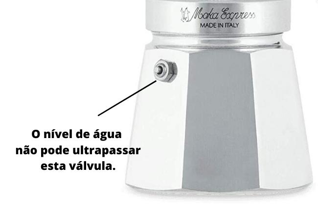 Não ultrapasse o nível da válvula de segurança da cafeteira