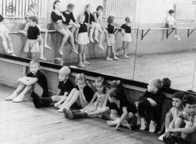 Rūpnīcas VEF Kultūras pils bērnu deju kolektīva dalībnieki pirms mēģinājuma. Rīga, 1966.gada aprīlis. Autors: S.Daņilovs