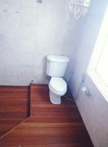 Aplikasi lantai kayu untuk kamar mandi