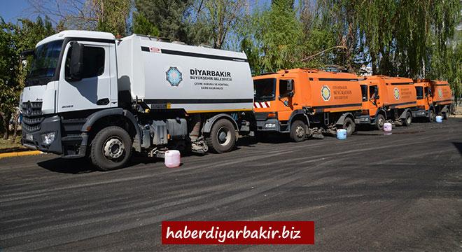 Diyarbakır Büyükşehir Belediyesi ana arterleri deterjanlı su ile yıkadı
