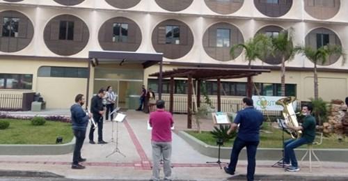 Orquestra evangélica leva fé e esperança a hospital de Santa Catarina