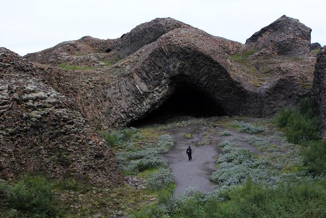 Kirkjan, la cueva de basalto de Hljóðaklettar