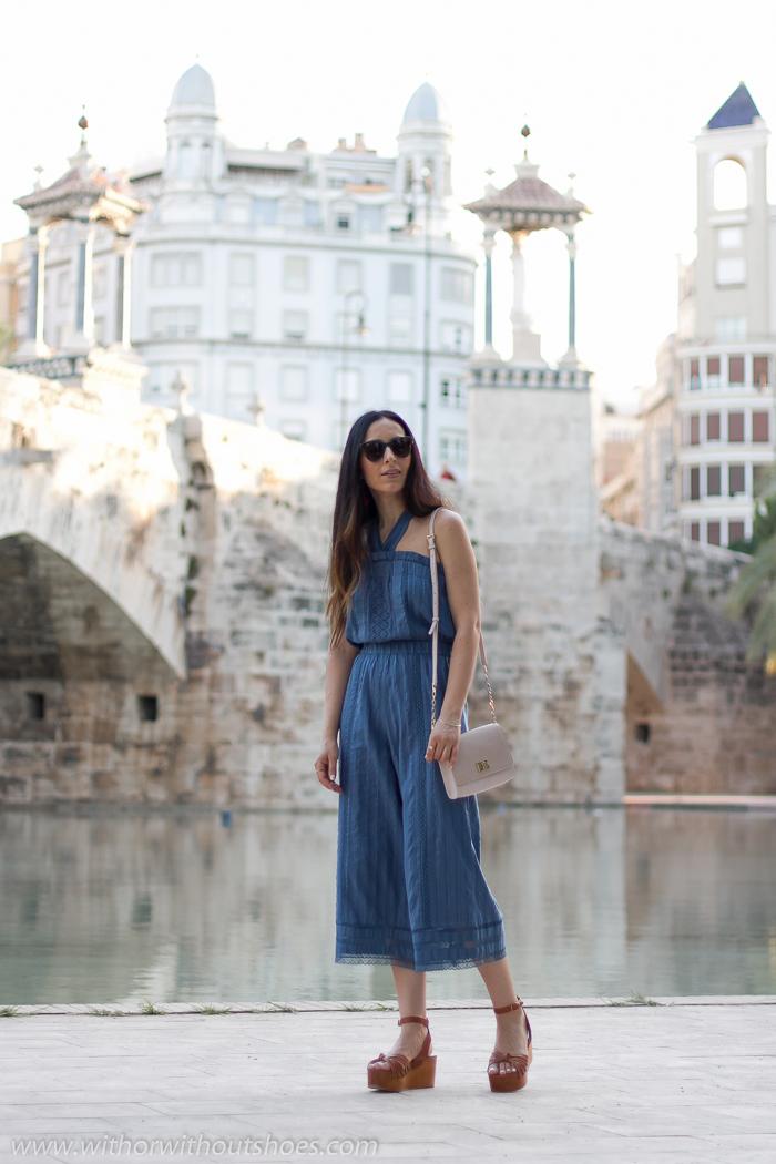 Blogger influencer con ideas de look con mono para vestir verano paseo oficina