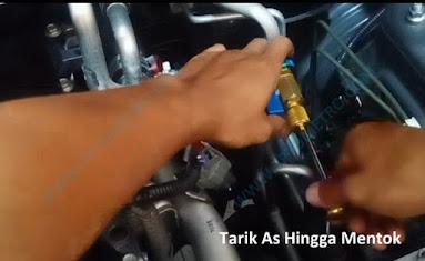 Cara menggunakan alat pembuka pentil AC mobil