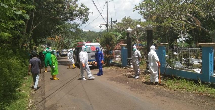 Polisi Kawal Pemakaman Jenazah dengan Protokol Covid-19 di Kaligondang