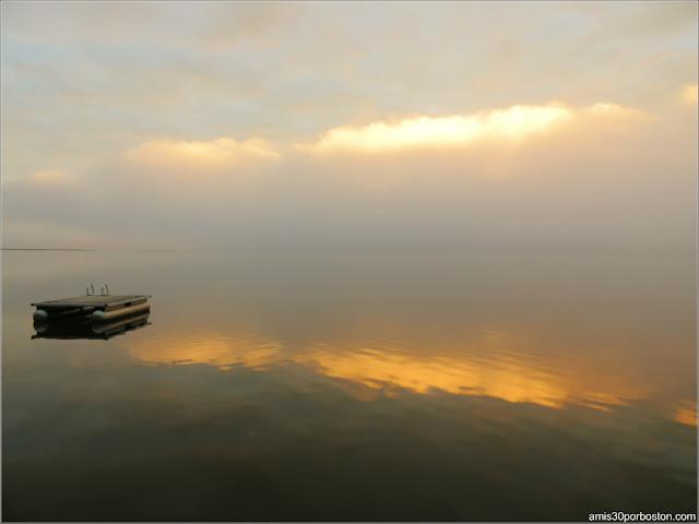 Barca en el Lago Graham al Amanecer en Maine