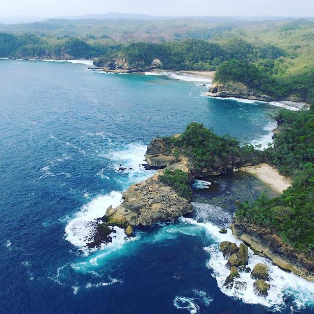 Wisata Malang Selatan Terbaru: Pantai Jonggring Saloko Malang Yang Unik Dengan View Keren