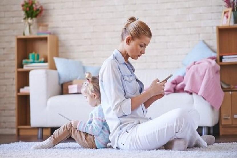 Image result for orang tua dan anak sibuk dengan gadget