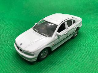 BMW 328I のおんぼろミニカーを斜め前から撮影