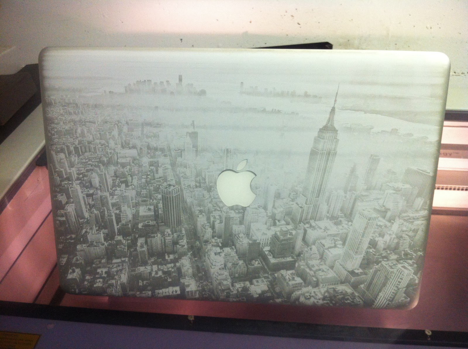 lasergravur auf apple macbook pro exklusive. Black Bedroom Furniture Sets. Home Design Ideas