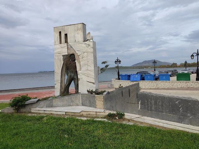 Θεσπρωτία: Κατεστραμμένο τμήμα του μνημείου έφεδρου αξιωματικού στην Ηγουμενίτσα