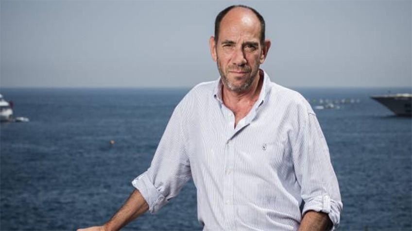 Miguel Ferrer posa con el mar de fondo
