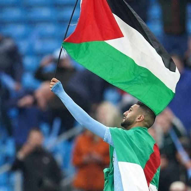 محرز يحتفل برفع علم فلسطين أثناء التتويج بالبريميرليج
