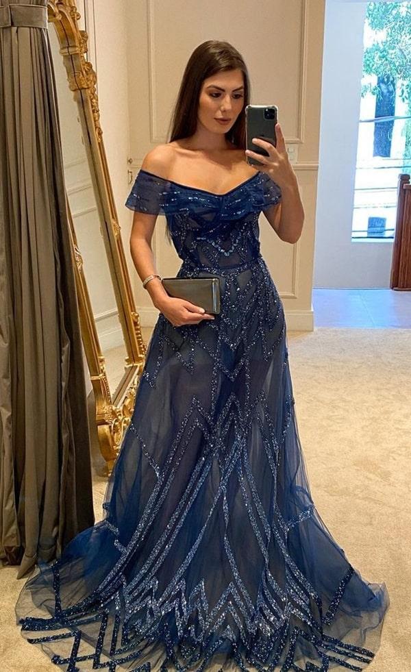 Vestido longo azul bordado no tule, com decote princesa e transparência na saia