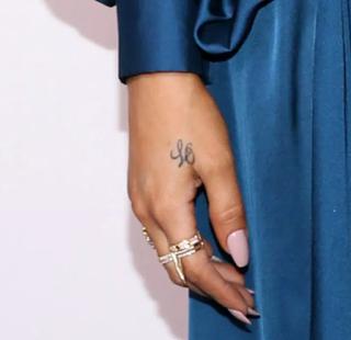 kloe kardashian tattos en mano