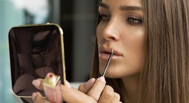 8 πράγματα που μπορεί να πάθεις αν μοιράζεσαι τα καλλυντικά σου