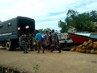 Satgas  Banjir TNI AL Lantamal VI Lanal Kendari Bersama Masyarakat Distribusi Bantuan Korban Banjir Konut