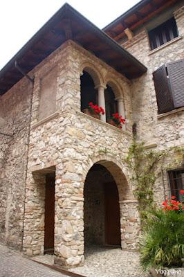 Edificio in pietra nel centro di Sirmione