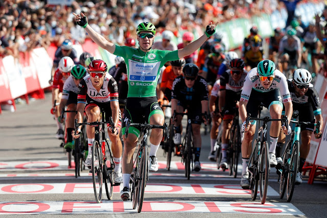 De camisa verde, Fabio Jakobsen levanta os braços e celebra mais uma vitória em La Vuelta