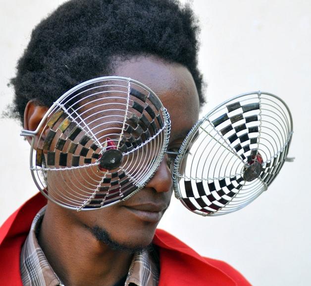 dc8f25ecea4bc Cyrus Kabiru é um artista visual que cria óculos a partir de materiais  encontrados no lixo. Placas de computadores, latas, arames, talheres, ...