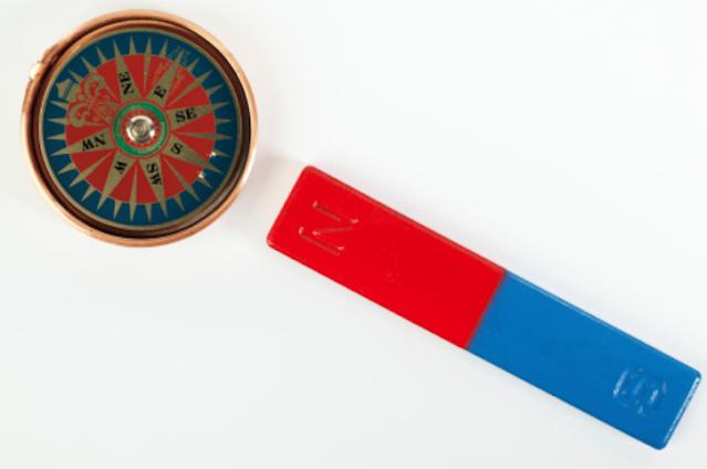 """Bahan Magnetik dan Bahan Nonmagnetik Pengertian Magnet Magnet adalah sebuah benda yang dapat menarik benda-benda tertentu. Benda-benda yang dapat ditarik oleh magnet dinamakan dengan benda magnetis. Benda-benda yang dapat ditarik oleh magnet terbuat dari besi dan baja.  Bahan Magnetik Bahan magnetik adalah bahan yang dapat ditarik oleh magnet dengan kuat. Contohnya adalah : Besi Baja Besi Silikon Nikel Kobait  Bahan Nonmagnetik Bahan nonmagnetik adalah bahan yang tidak dapat ditarik oleh magnet. Contohnya adalah : Kayu Kapur Kaca Batu Pensil   Nah itu dia bahasan dari bahan magnetik dan bahan nonmagnetik, melalui bahasan di atas bisa diketahui mengenai pengertian magnet dan bahan magnetik serta bahan nonmagnetik. Mungkin hanya itu yang bisa disampaikan di dalam artikel ini, mohon maaf bila terjadi kesalahan di dalam penulisan, dan terimakasih telah membaca artikel ini.""""God Bless and Protect Us"""""""