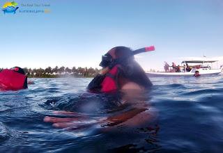 aktivitas mandi di laut