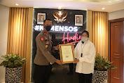 Bantu Penyaluran Bagi Korban Banjir, Mensos Berikan Penghargaan Bagi Dua Personel Polri
