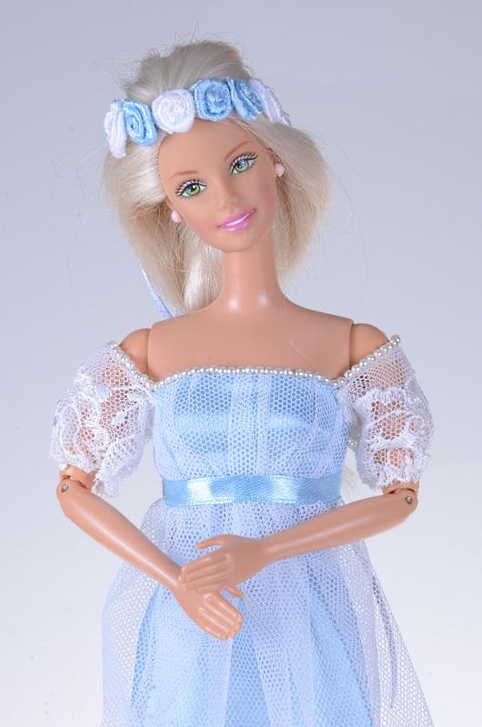 Błękitna suknia regencyjna dla lalki Barbie.