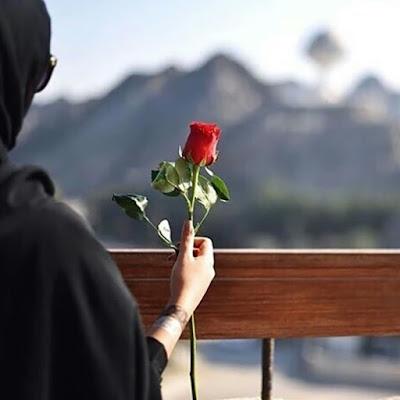 زهرة حمراء اللون