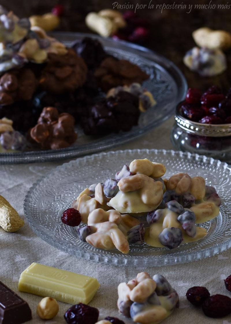 Rocas de chocolate blanco con cacahuetes y arándanos
