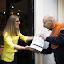 Pakketbezorger neemt oude apparaten ook mee in Amsterdamse binnenstad
