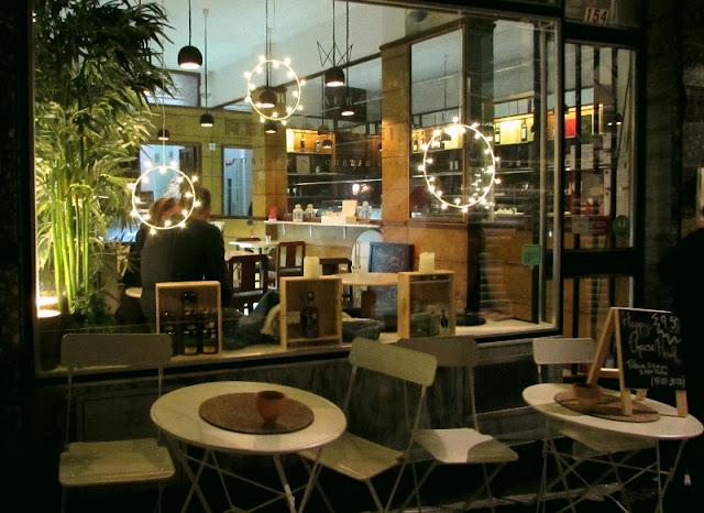 fachada de restaurante com mesinhas do lado de fora