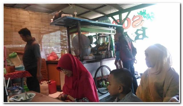 Para pengunjung dan penikmat Soto Ayam Barokah