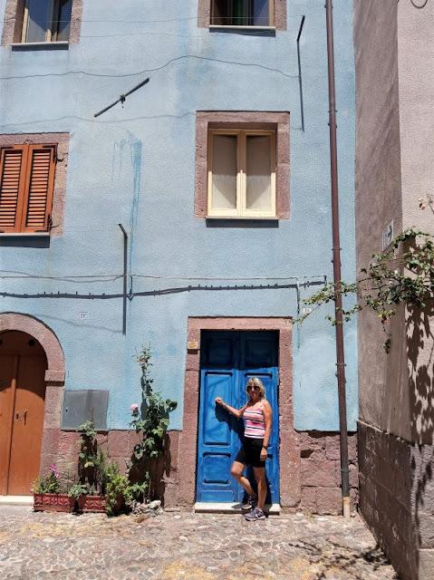 casa colorata centro storico Bosa