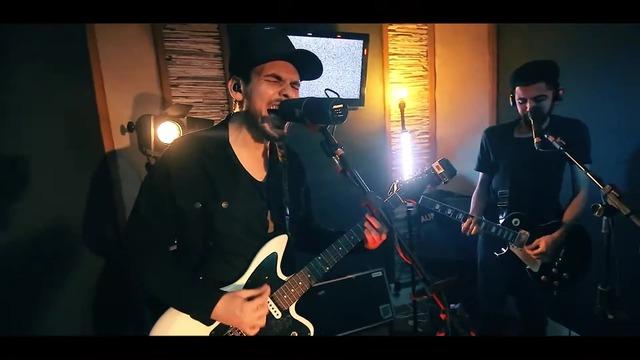 Indie rock, alternativo, riffs e sintetizadores se encontram na sonoridade da Auri, expoente do cenário autoral de Vitória (ES).