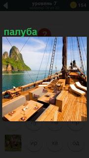 на море корабль и палуба освещена солнцем с мачтой