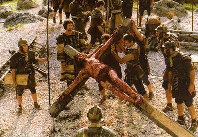 Imagen de Jesús siendo levantado con su cruz