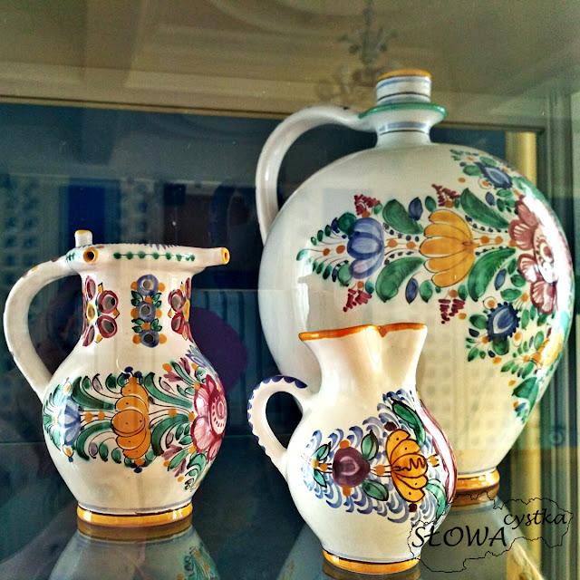 wzory kwiatowe na tradycyjnej slowackiej ceramice
