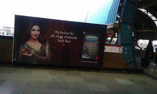 दिल्ली मेट्रो का प्रचार के नाम पर बेहूदापन !!