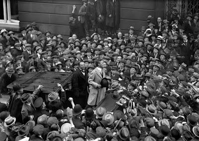 """Чарли Чаплин у отеля """"Ритц"""" в Лондоне, 9 сентября 1921 г."""