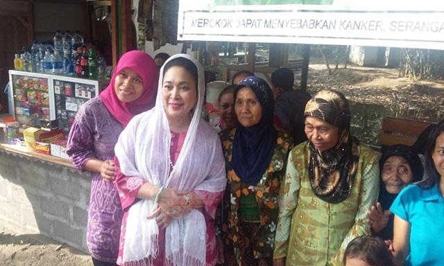Titiek Soeharto foto bersama para pedagang di kawasan Desa Wisata Blue Lagoon