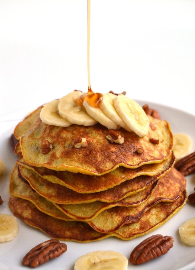 Flourless Banana Nut Pancakes require only 4-ingredients, are ready in 10 minutes and are nutritious with pecans, bananas, oats and eggs. That's it! www.nutritionistreviews.com